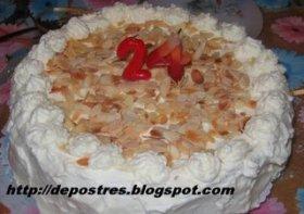 Tarta de crema pastelera y nata con almendras