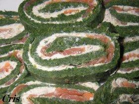 Brazo de espinacas con queso, salmón  y nueces picadas.