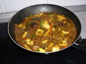 Wok de lentejas con setas, calamares y verduras
