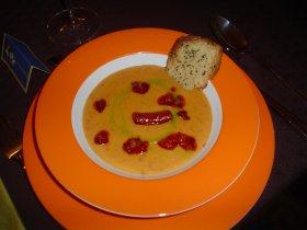 Crema riojana al aroma de pimiento verde con galleta de ajo y chistorra