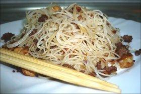 Fideos de arroz con carne