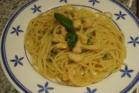 Espaguetis con espárragos y langostinos