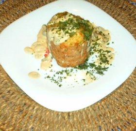 Terrina de carne, paté y almendras con salsa de setas.