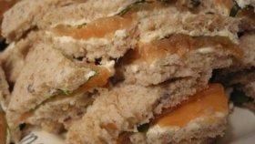 Mini sandwiches de rucula y salmon