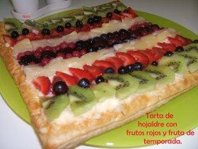 Tarta de hojaldre con frutos rojos y frutas de temporada.