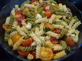 Ensalada de pasta con tomates cherry, queso feta y albahaca