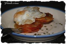 Milhojas de patata y jamón con huevos de codorniz