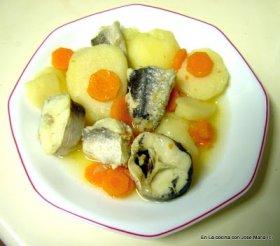 Colas de merluza en salsa con patatas y zanahoria