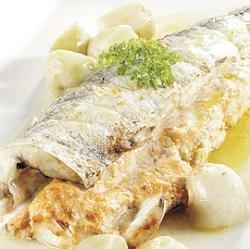 Pescadilla rellena al hornao sobre cama de patata con souflé de mayonesa y salsa americana