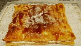 Tarta de mouse de queso y hojaldre