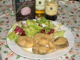Pescadilla frita con ensalada