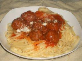 Linguine con albondiguillas en salsa de tomate.