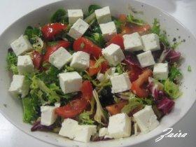 Ensalada de queso feta con tomates de rama y mezclum