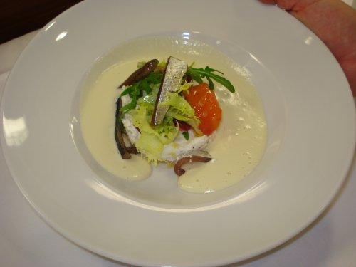 Sopa fria de pepino y yogurt con tartaro de requeson y sardinas marinadas
