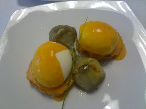 Huevos mollets con alcahofas y salsa suprema.