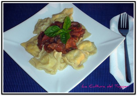 Raviolis de pollo con salsa de vino tinto