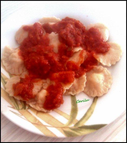 Raviolis caseros con salsa de tomate