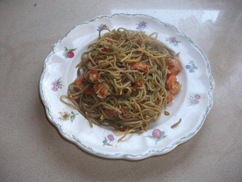 Espaguetis con langostinos y salsa de soja