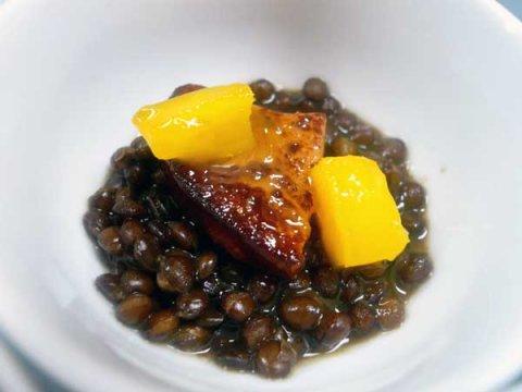 Estofado de lentejas  con citricos , foie  y mango caramelizado