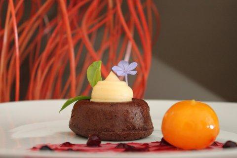 Bizcocho de chocolate con licor de mandarina y su confitura