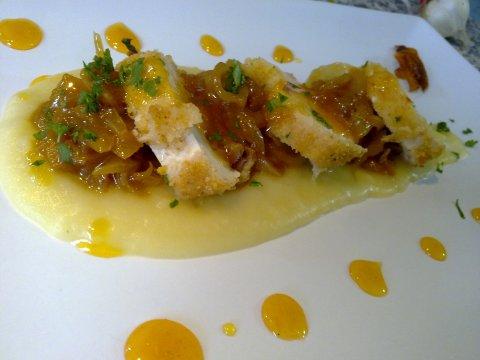 Pechuga de pollo en corteza de citricos, con cebolla confitada a la naranja, crema de patatas y salsa de naranja y miel