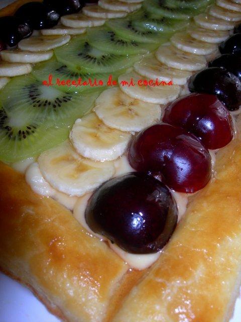 Tarta de kiwi, platano, y cerezas