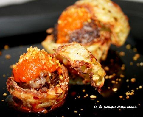 Mimbre de patata con morcilla, tomate y polvo de kikos