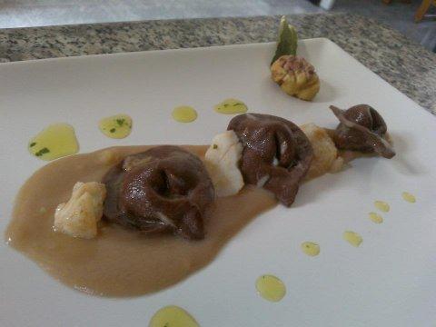 Tortelloni de chocolate rellenos de bacalao con salsa de castanas.