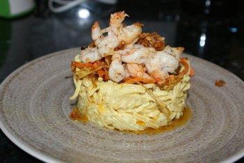 Spaguettis al curry con langostinos