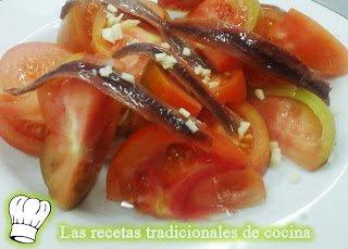 Ensalada con tomates ajos y anchoas