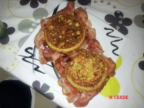 Mini tortillas de patatas con picadillo de chorizo y queso en cama de bac�n