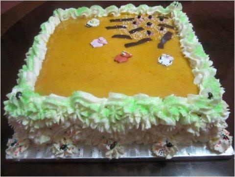 Tarta rellena de yema y decorada con nata