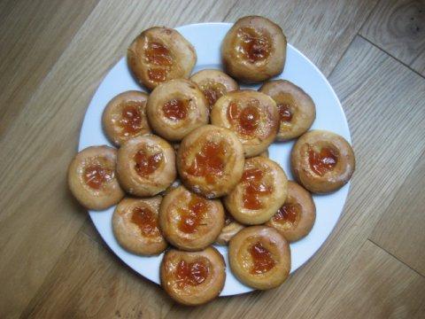 Galletas con leche condensada y mermelada de cerezas