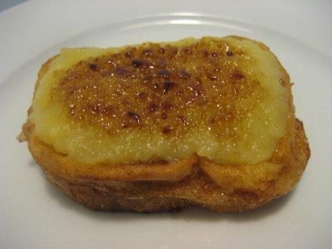 Torrija de yema mejida con manzana caramelizada