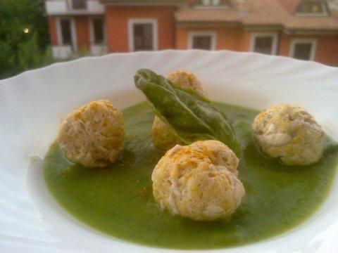 Albondigas de pez espada al curry con salsa de calabacines y albahaca