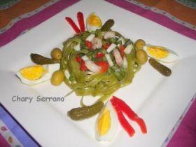 Nidos de tagliatelle con vegetales y gambas