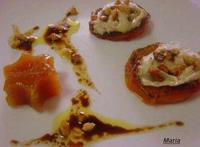 Ensalada templada de tomate con queso de cabra, almendras picadas y membrillo