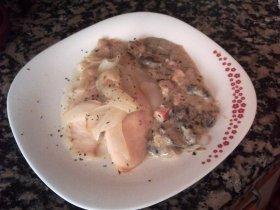 Filetes de pez gallo con salsa de hongos y surimi