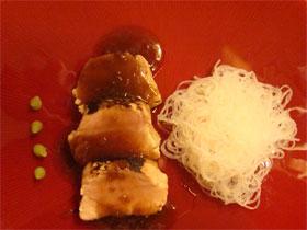 Ventresca de pez espada con salsa de soja y fideos de soja