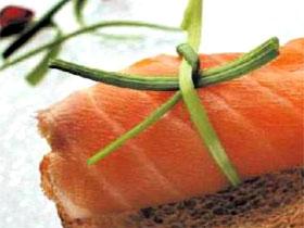 Rollitos de salmón con queso batido